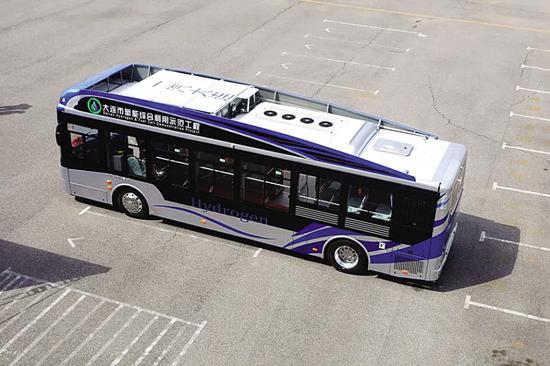 与传统汽柴油动力客车相比,氢燃料客车具有无污染零排放(排放物是水)、噪声低、操作简便等特点。图据大连发布