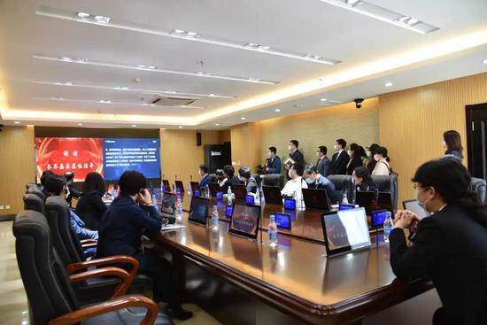 人大代表和各界人士视察数字化审委会会议室