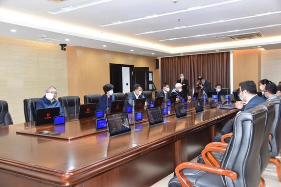 视察数字审委会会议室