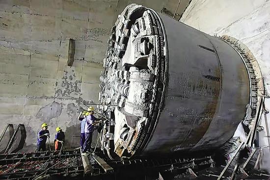 一台盾构机刚刚从隧道右线顺利贯通出洞。图据大连发布