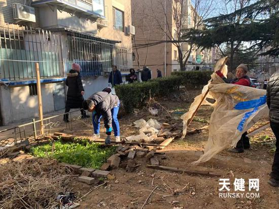 社区志愿者积极清理辖区内的垃圾