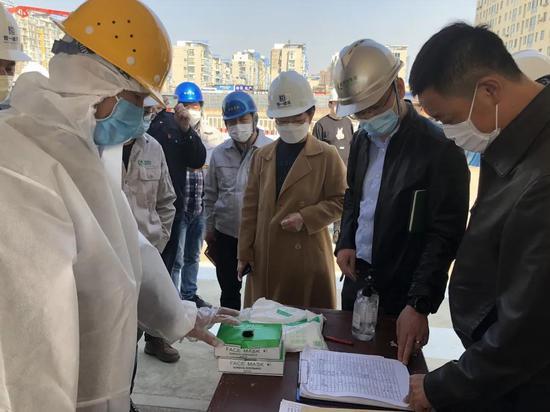 年轻干部进驻建筑行业企业,帮助完善疫情防控工作方案,做好防控物资储备