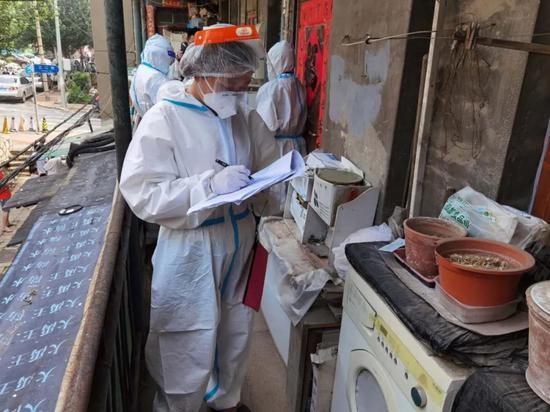 封闭区域内居民第二次全员核酸检测井然有序