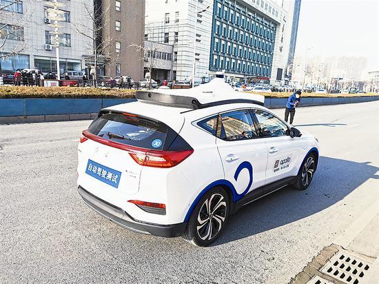 无人驾驶轿车在金普新区城市交通主干道金马路复杂环境上路行驶