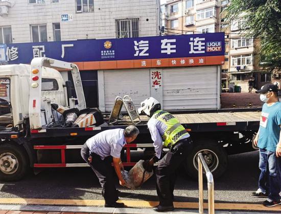 交警清除私占停车设施。