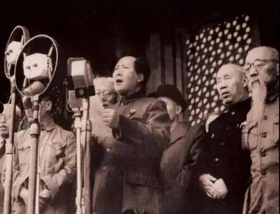 毛泽东在天安门城楼上宣布中华人民共和国成立。