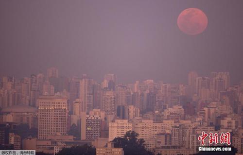 """资料图:巴西圣保罗,天空中悬挂着巨大的""""超级月亮""""。"""