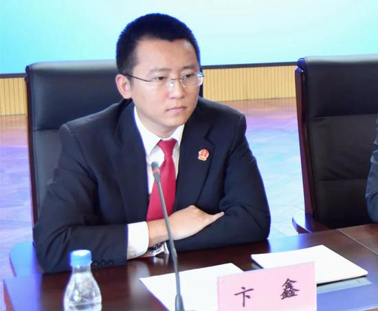 法官助理卞鑫用英文发布白皮书