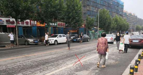 过马路像逛菜市场?曝光你!