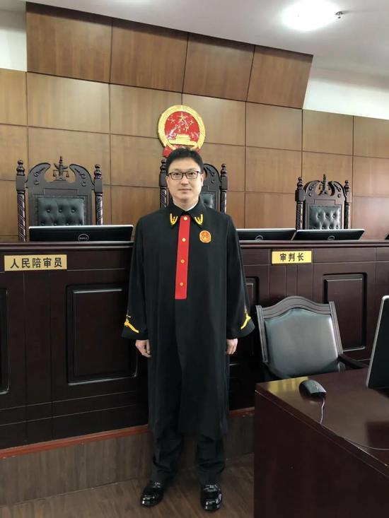 苏航 大连理工大学民商法学硕士,现任哈尔滨法庭四级高级法官