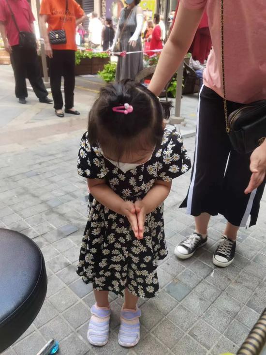▲采集完毕,可爱的小市民双手合十给医护鞠躬道谢。