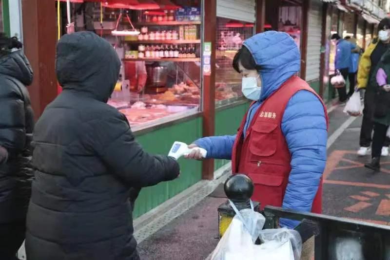 马栏农贸市场测温有序,顾客及商户口罩佩戴规范