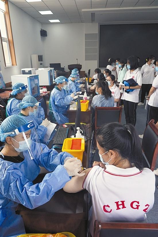 疫苗接种现场。张学峰 摄