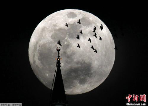 资料图:2012年5月5日晚,一轮圆月在空中出现。