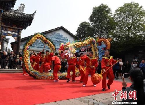 资料图:重庆安居古城舞龙表演庆元宵吸引市民眼球。 周毅 摄