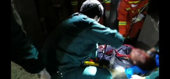 大连一男子从6楼坠下 坠落高度达30多米