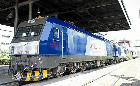 中车大连公司出口老挝电力机车发运 复兴号动车组实现出口海外