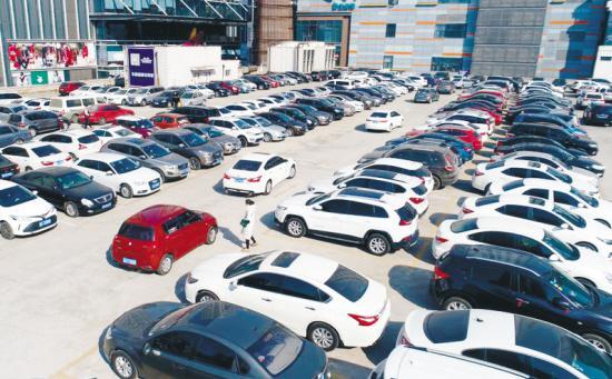 沈阳东中街的一处停车场张文魁摄