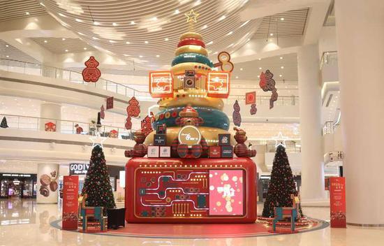 """本次""""恒隆圣诞纷•享•爱""""活动将一直持续至2019年1月6日,奇妙礼物圣诞树在近两个月的时间会一直陪伴大家,让你度过一个温暖的冬季。"""