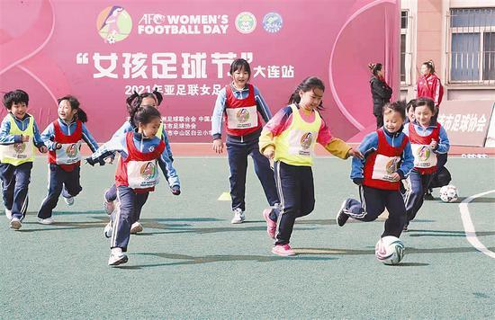 """2021年亚足联女足日""""女孩足球节""""(大连站)在白云小学举行"""