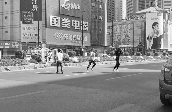 记者在事故现场看到,不时有行人横穿马路。半岛晨报、海力网摄影记者孙振芳