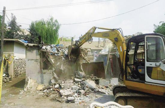 拆除违法建筑的施工现场。