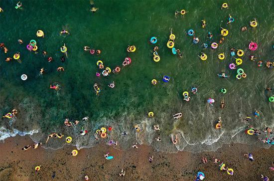 大海捧出彩虹糖 -海滩。
