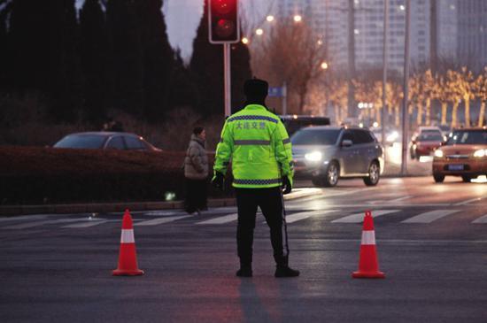 交警部门出动2200余名警力。高?#21487;?#24433;
