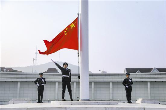 人民广场隆重举行升国旗仪式。本报记者王华 摄