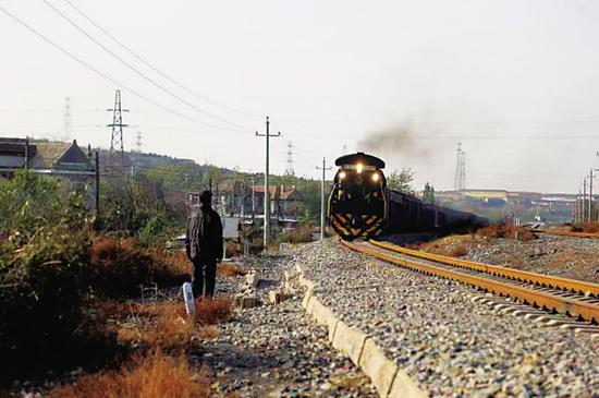 男子酒后铁轨上放百斤重巨石 79岁大爷狂奔50米拦停火车