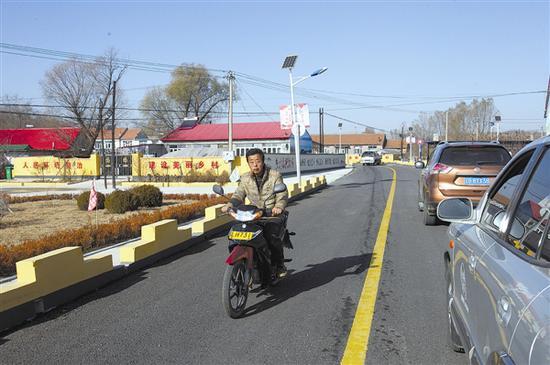 """今年我市农村公路的""""最后一公里""""已经打通,农村公路建设实现了交通部提出的""""向进村入户倾斜""""。 雪林 摄"""