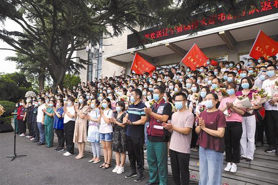 8月6日下午,我市隆重举行省驰援大连医疗队返程欢送仪式。大连新闻传媒集团记者杨国胜 摄