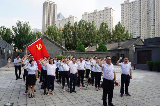李俊岭书记带领全体党员重温入党誓词