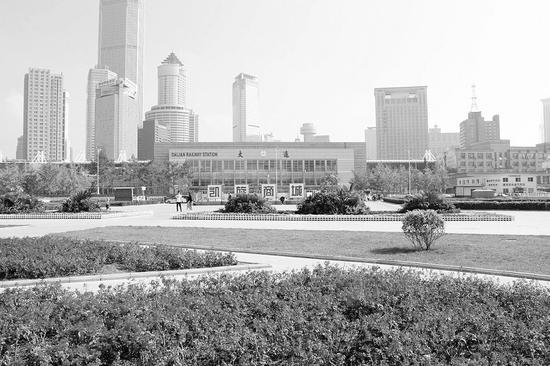 大连火车站站北地区加强对广场草坪的绿化和养护。