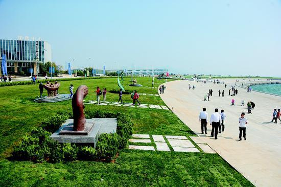 雕塑公园整体以开放的月牙形态拥抱迎面宽阔的大海。