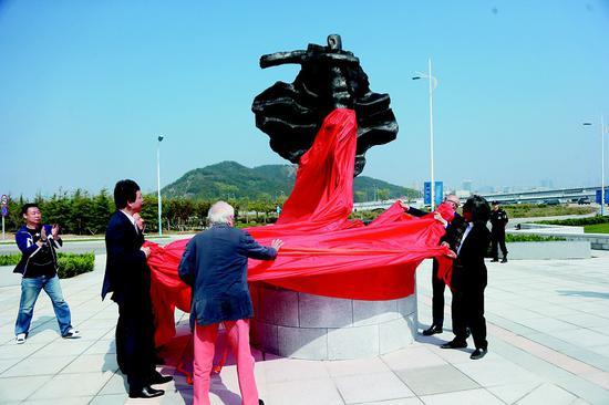 领导和艺术家们共同为雕塑揭幕。半岛晨报、海力网摄影记者孙振芳