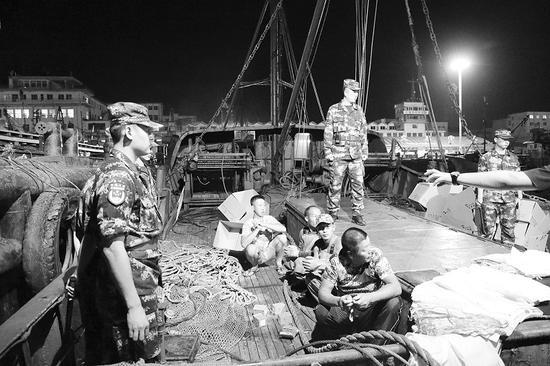海警官兵现场查获非法捕捞渔船。图片由海警提供