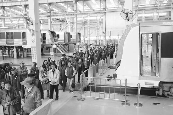 好人模范们在中车大连机车车辆有限公司感受国家最新科技成就。半岛晨报、海力网摄影