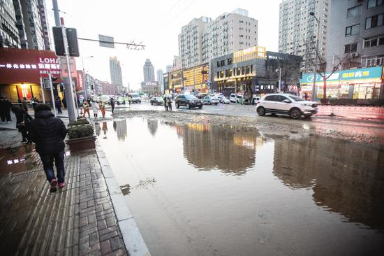 在附近路面留下的积水。