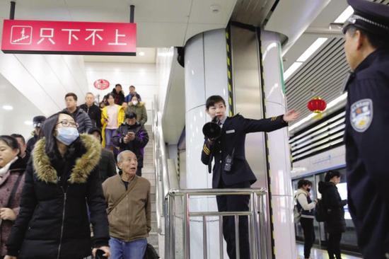地铁只下不上保障市民安全回家。@大连地铁