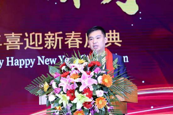 辽宁省民营企业协会法定代表人、常务副会长王浩金在工作报告中回顾了协会一年来所做的工作和所取得的成绩