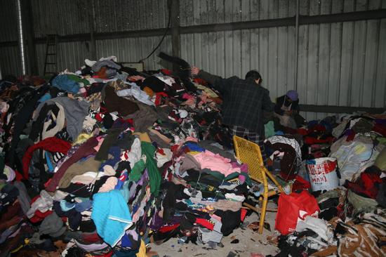 工作人员在厂区内分拣旧衣物