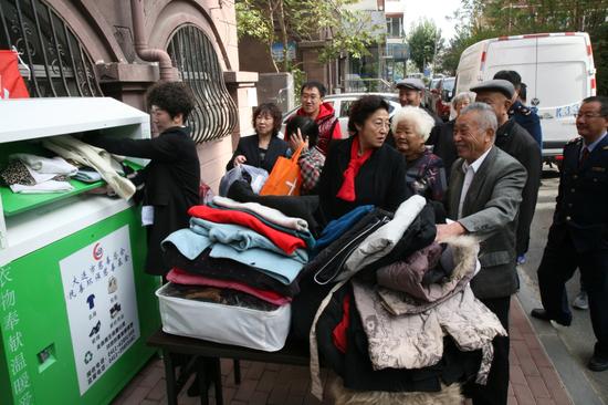爱心市民捐赠旧衣物