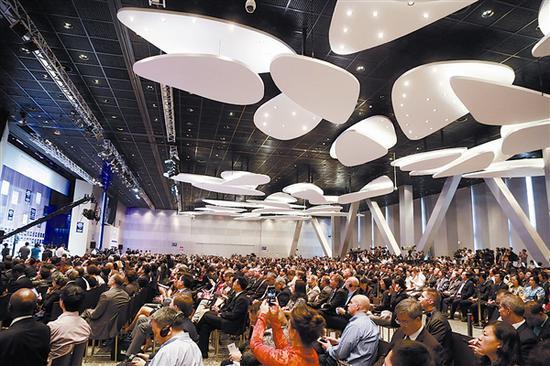 2015年,世界经济论坛新领军者年会在大连国际会议中心召开开幕全会。大连日报记者王华 摄