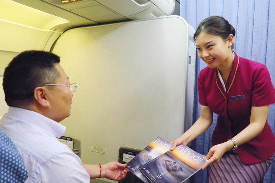 南航乘务员向旅客推荐《NIHAO》杂志 王丹 摄