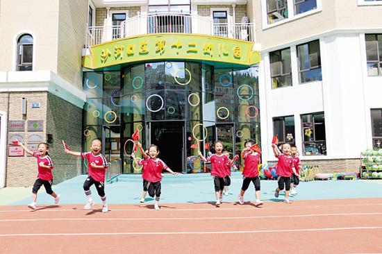 我们努力奔跑,长大报效祖国。沙河口区第十二幼儿园中二班