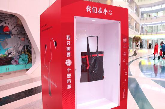 """""""24包""""——由可口可乐中国携手壹基金与潮牌""""好瓶""""三方联名推出,每24个塑料回收瓶就能缔造一个""""24包"""",每售卖24个""""24包"""",灾区都会获赠1顶帐篷。"""