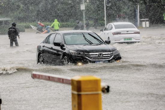 昨日雨中大连街景。大连新闻传媒集团记者 高强摄