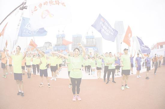 兴奋的跑友东港集合。
