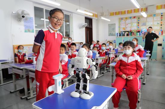 智能机器人与兆麟小学的孩子对话